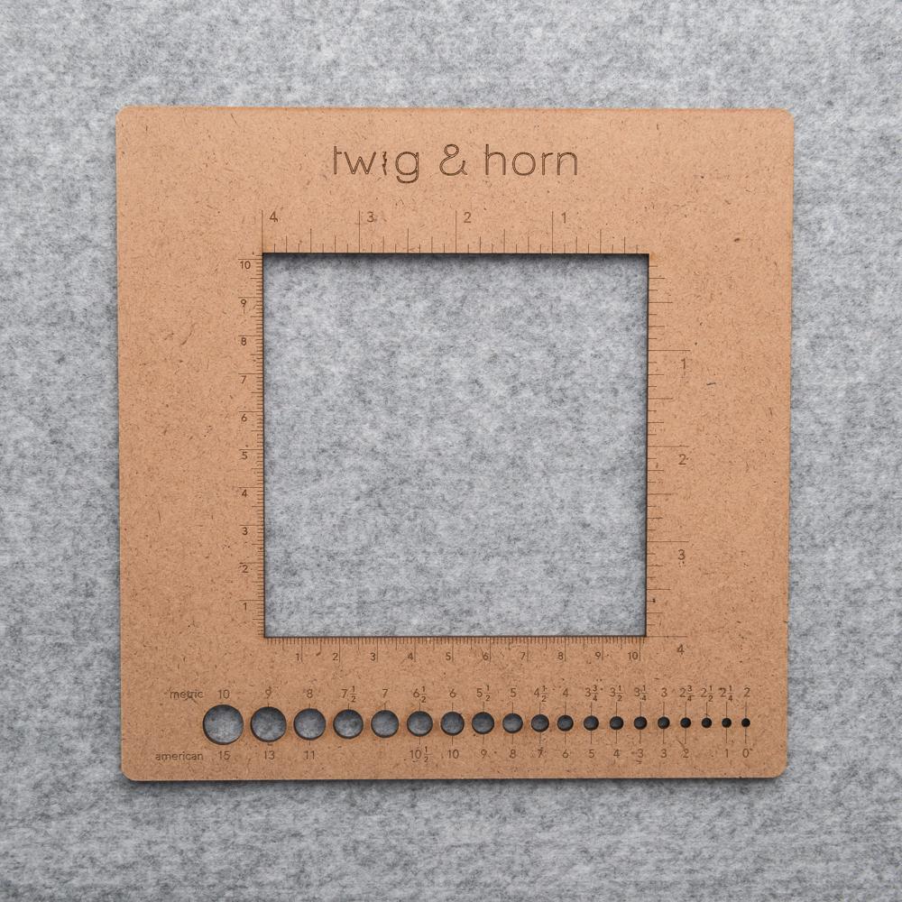 REGLE CARREE AVEC JAUGE POUR AIGUILLES - Twig and Horn