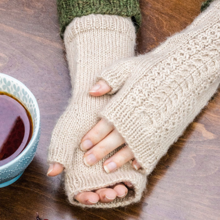 "KIT MITAINES ""CABLE WRISTWARMERS"" - The Fibre Co"