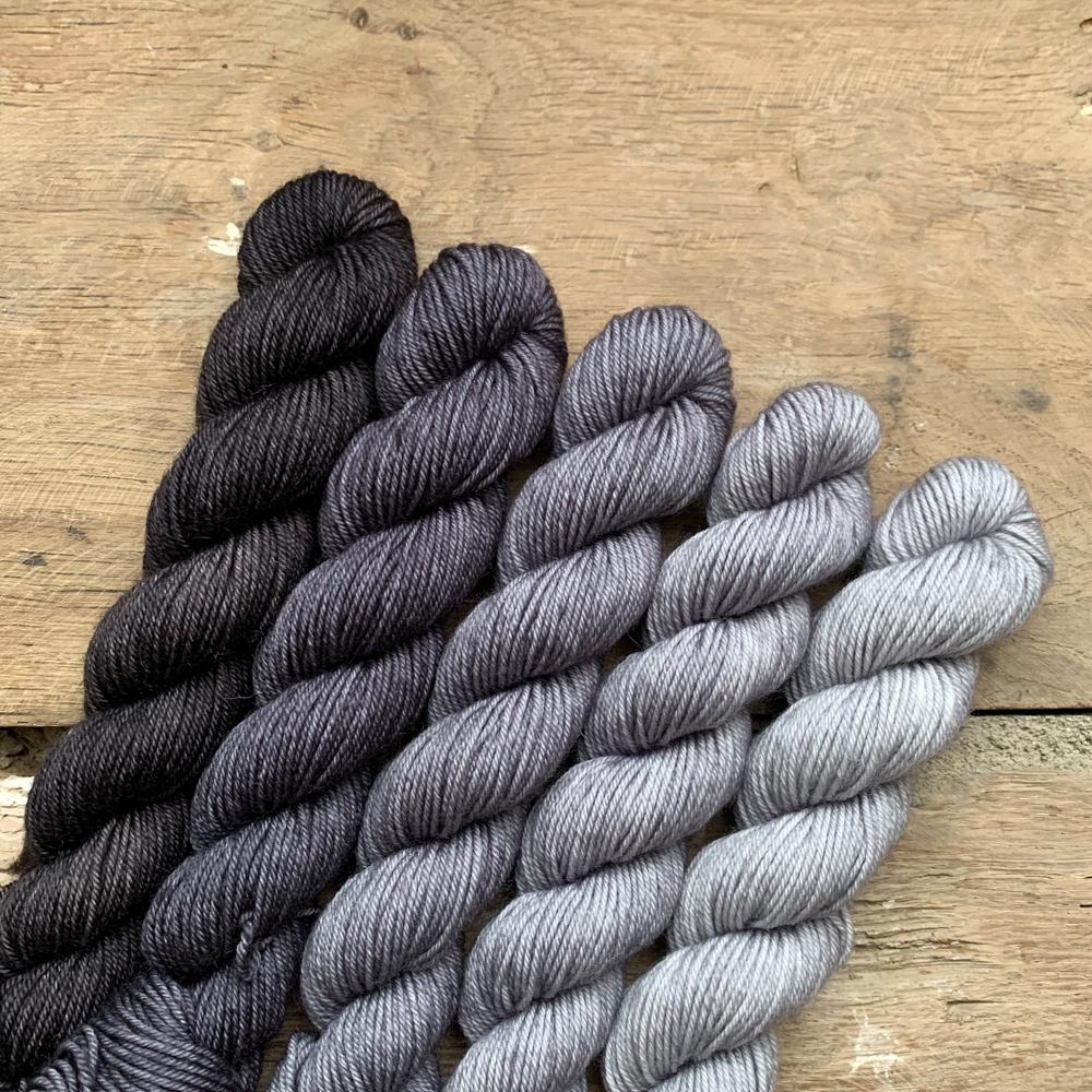 SET DE 5 MINI-ECHEVEAUX - DEGRADE GRIS - Woolissime Yarns